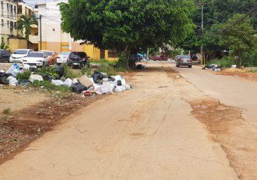 La basura espera por las lluvias para correr por los contenes en Santo Domingo Este