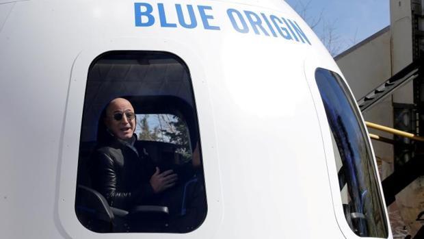 La cápsula que transporta a Jeff Bezos alcanza el espacio