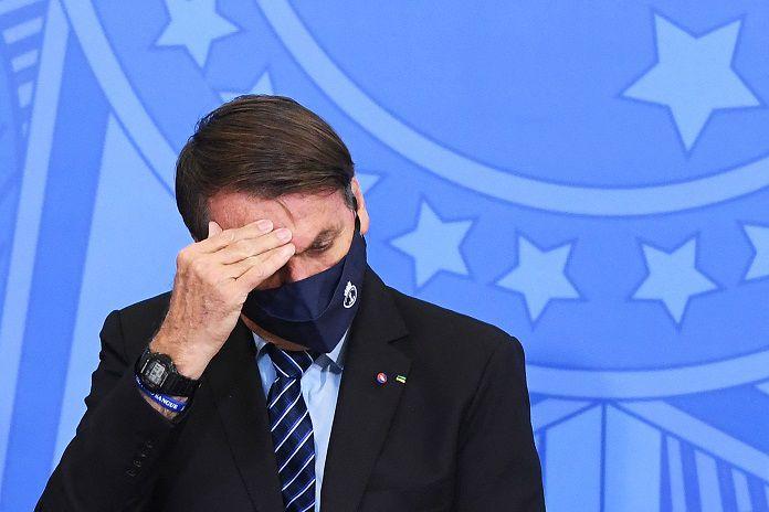 Bolsonaro hospitalizado para examinar su hipo persistente