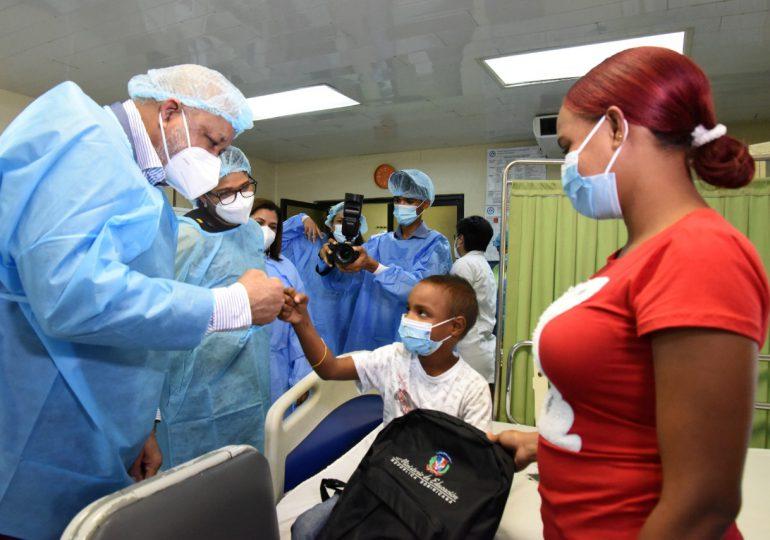 Ministro de Educación visita a niños con cáncer del Robert Reid Cabral