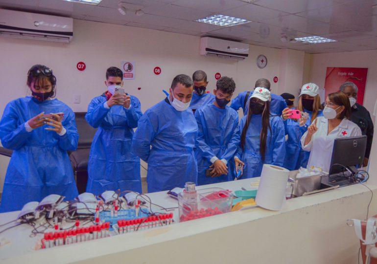 """Influencers y artistas de SMA visitan la Cruz Roja Dominicana por la campaña """"Hazlo por tu país, dona sangre"""""""