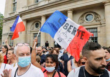 """Decenas de miles de franceses protestan contra la """"dictadura sanitaria"""""""