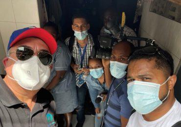 Turba de haitianos ataca equipo de prensa de Telenoticias cubre funeral de Jovenel Moïse