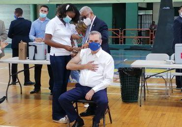 VIDEO | Luis Abinader recibe su tercera dosis de la vacuna contra el COVID-19