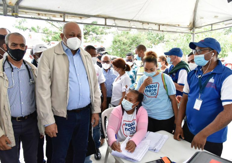 Decenas de personas acuden a vacunar a pesar de las lluvias; Ministro Fulcar llama a la población a preservar su salud