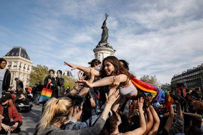 Francia promete 100 millones de euros para los derechos sexuales y reproductivos de las mujeres
