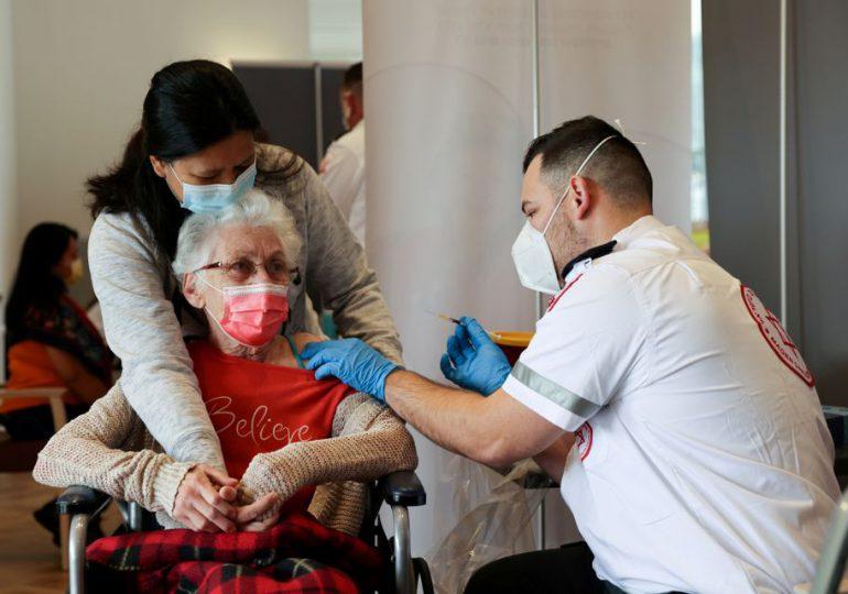 Israel ofrece una tercera inyección de la vacuna Pfizer COVID-19 a adultos en riesgo