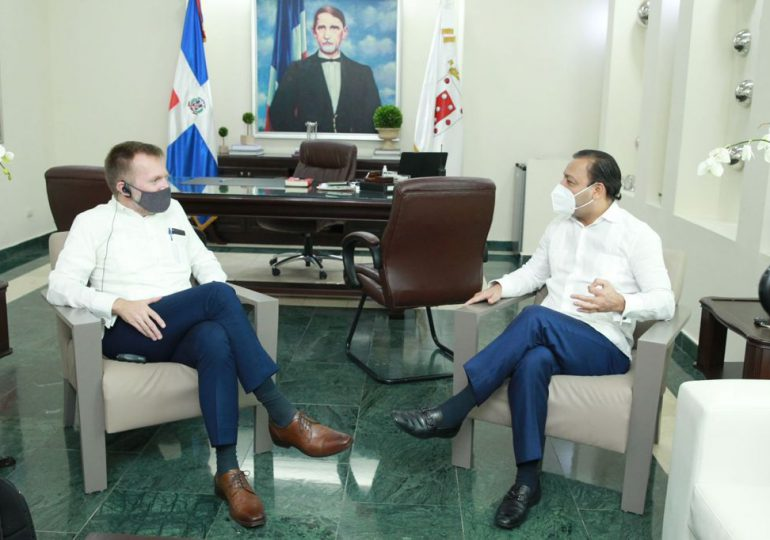 Alcalde Abel Martínez recibe a Robert Thomas, encargado de Negocios de la Embajada de EE. UU en RD