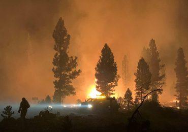 Gran incendio forestal crece en EEUU y obliga a nuevas evacuaciones