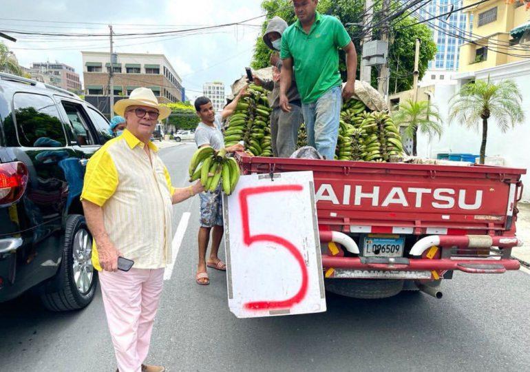 Hipólito Mejía compra plátanos a camión en la calle, incentiva a apoyar la economía nacional
