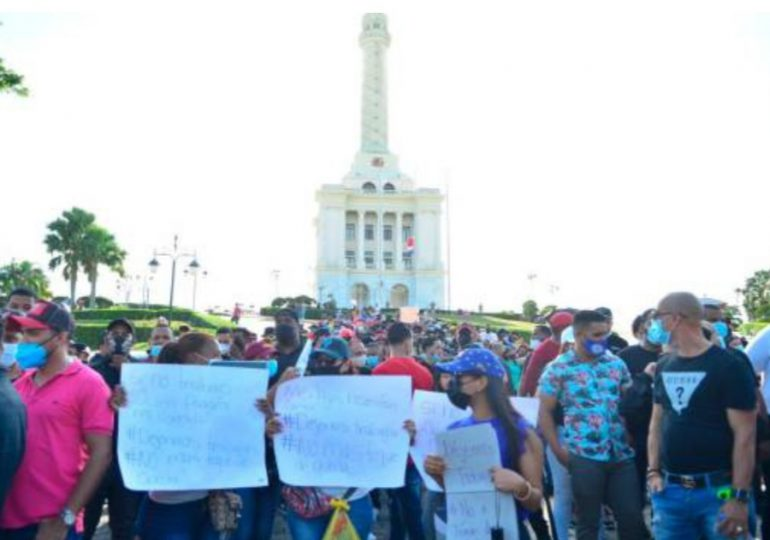 Realizan protesta en Santiago por el toque de queda