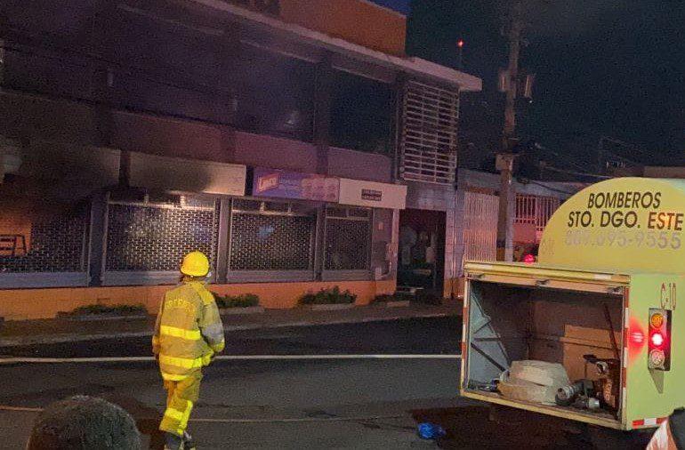 Video | Se incendia Ferretería en Santo Domingo Este