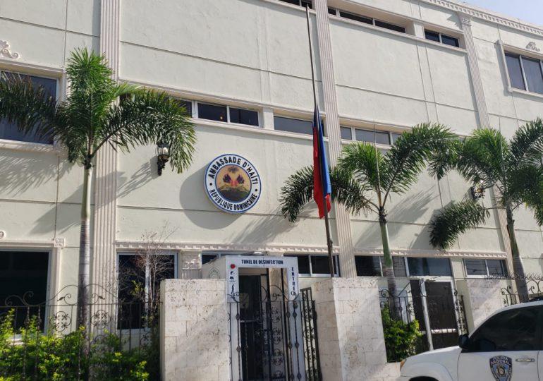 VIDEO | Refuerzan seguridad en la Embajada Haitiana en el país; bandera a media asta