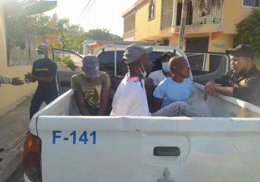 Detienen haitianos que transitan indocumentados en Higüey, tras asesinato de Jovenel Moïse