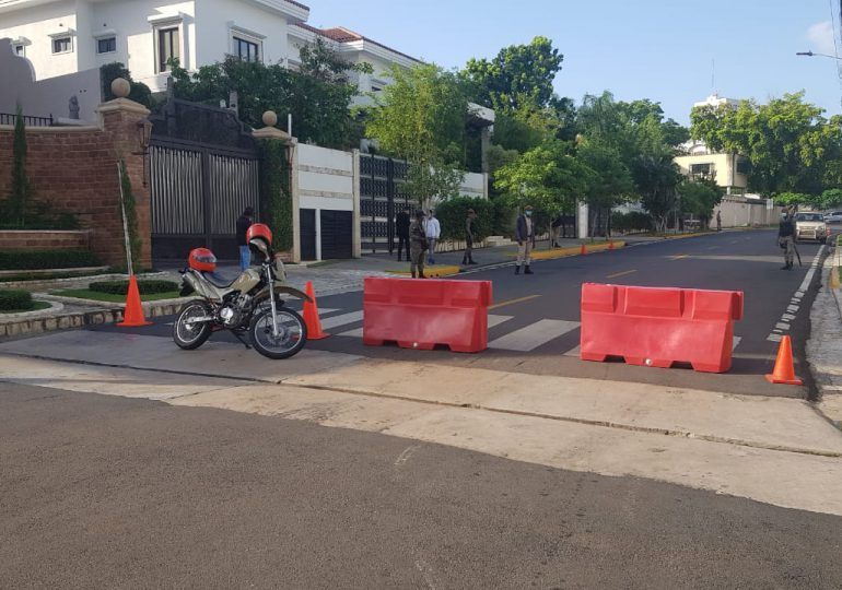 Continúa bloqueado el paso por el frente de la casa de Luis Abinader