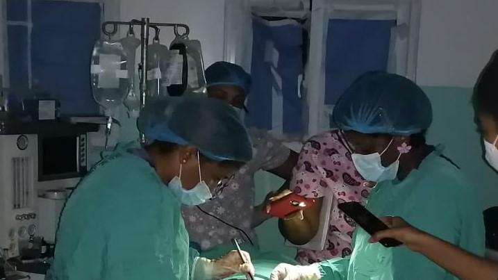 Con luz de celular, doctora realiza una operación en hospital de SPM
