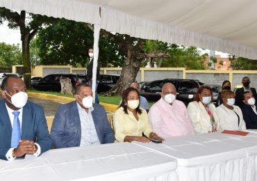 Ministro Roberto Fulcar encabeza entrega de equipos tecnológicos en Villa Mella