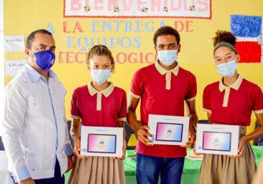 Ministerio de Educación entrega  equipos tecnológicos a estudiantes de Samaná
