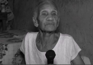 Eufemia Crucey de 86 años, recibe documentos de identidad de la JCE