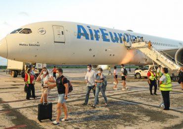 RD recibe 270 turistas españoles en primer vuelo de ruta Madrid-Samaná