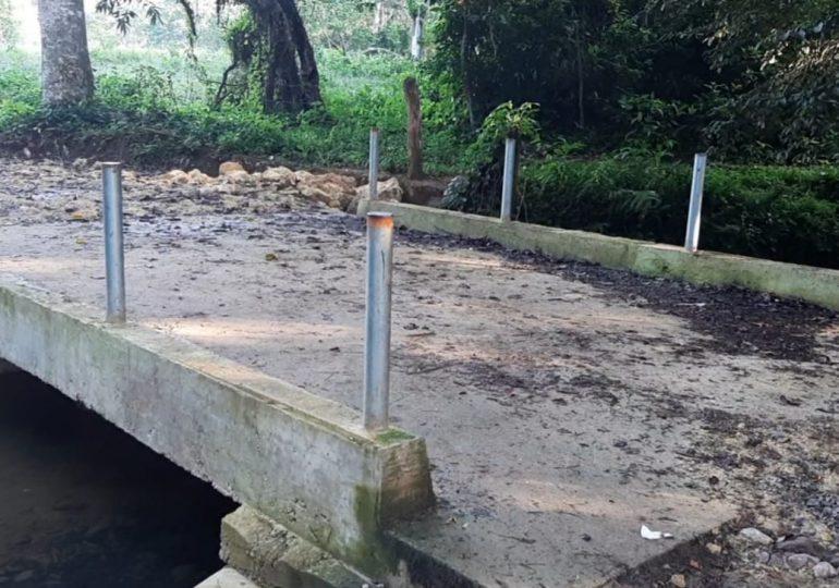 Productores se benefician del puente construido por alcaldía sobre Río Sabana en Bayaguana