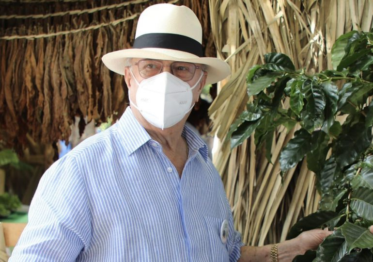 Hipólito Mejía pide a la población que se aplique tercera dosis