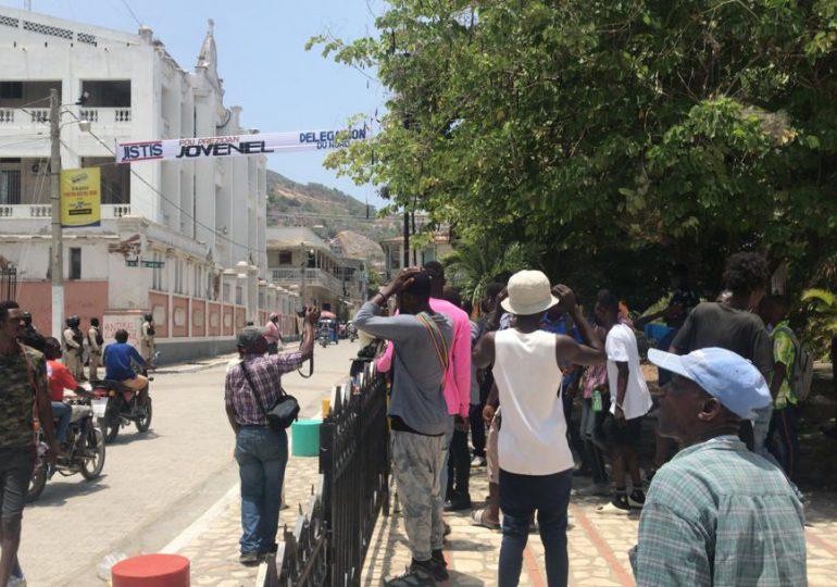 Video | Apedrean al director de la Policía de Haití; critican investigación del magnicidio
