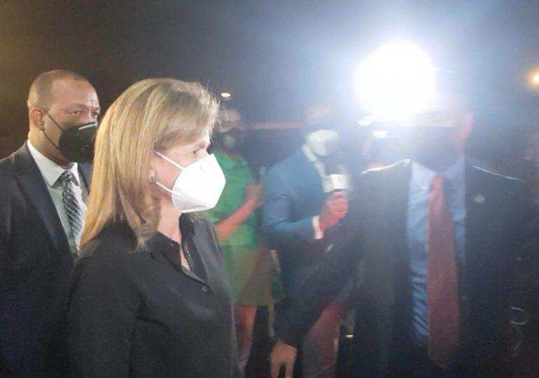 Video | Raquel Peña acude a la funeraria a solidarizarse con Leonel por muerte de su madre