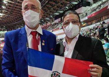 Ministro de Deportes y presidente del Comité Olímpico Dominicano en Tokio apoyando a RD