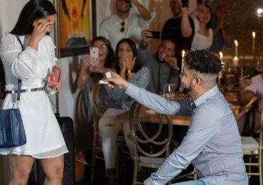 Locutor Luinny Corporán se compromete en matrimonio