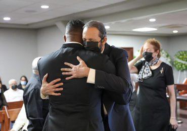 Juan Luis Guerra acude a la funeraria a solidarizarse con familiares de Jhonny Ventura