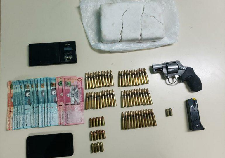 Arrestan hombre en SDO, le ocupan un arma de fuego, municiones y supuesta drogas