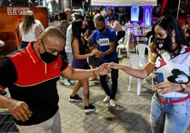 Bogotá reabre estadios y discotecas cuando cede el tercer pico de Covid-19