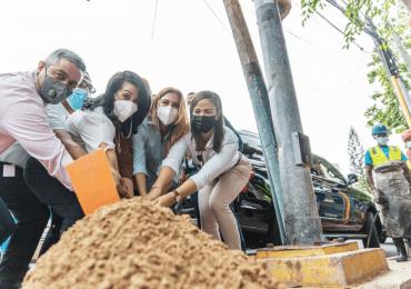 Alcaldesa Mejía da primer picazo en Gazcue para construcción de aceras, contenes y rampas de accesibilidad