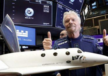 Millonario Richard Branson aterriza en su nave de Virgin Galactic tras viaje al espacio