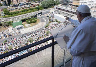 El papa saluda a los fieles desde su balcón del hospital