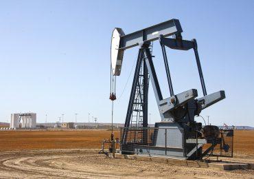 Petróleo cae por aumento de casos de covid en EEUU y China