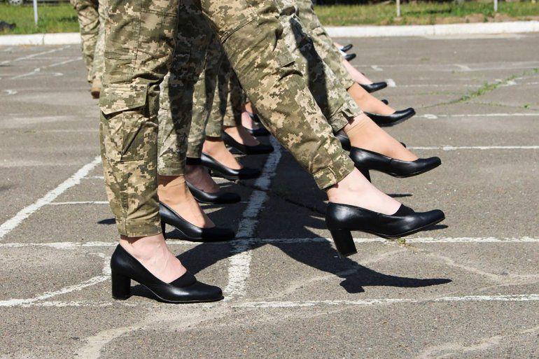 Polémica en Ucrania por zapatos de tacón para mujeres soldados