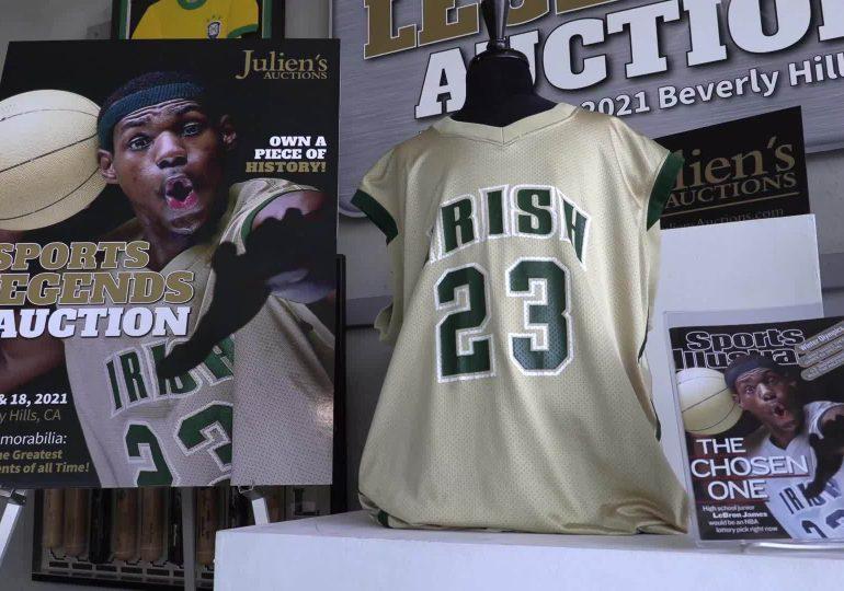 Subastan en más de USD 500,000 una camiseta de LeBron James