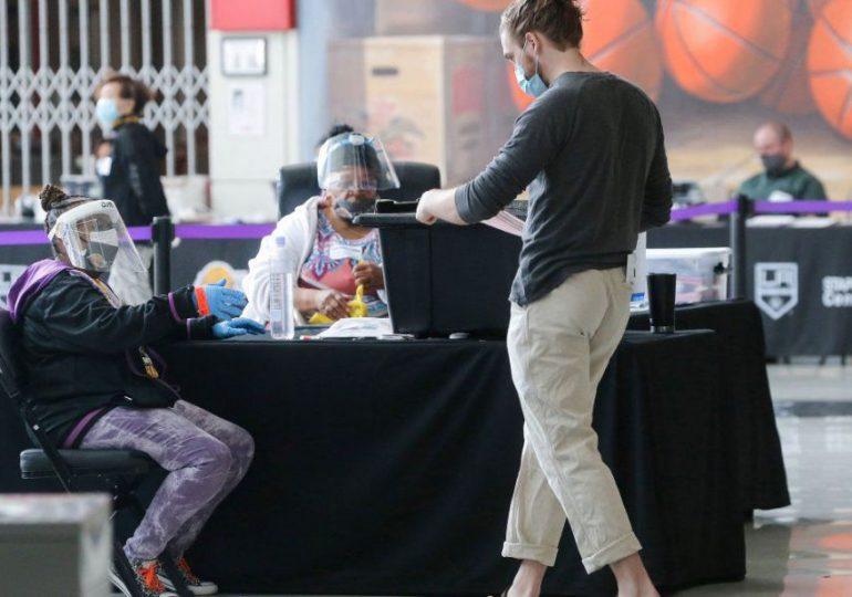 Vacuna o no, mascarilla es nuevamente obligatoria en recintos de Los Angeles