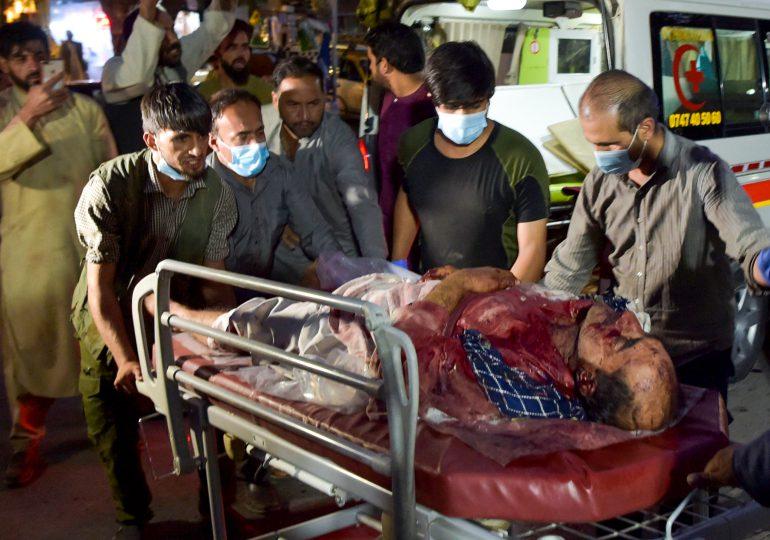 Doble atentado sangriento ante aeropuerto de Kabul, entre 13 y 20 fallecidos