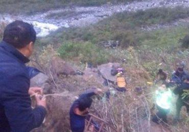 Al menos 26 muertos al caer autobús al abismo de ruta en Perú