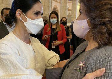 Raquel Arbaje y Margarita Cedeño se saludan en misa