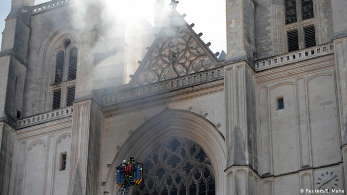 Un cura asesinado en Francia, presuntamente por quien incendió la catedral de Nantes