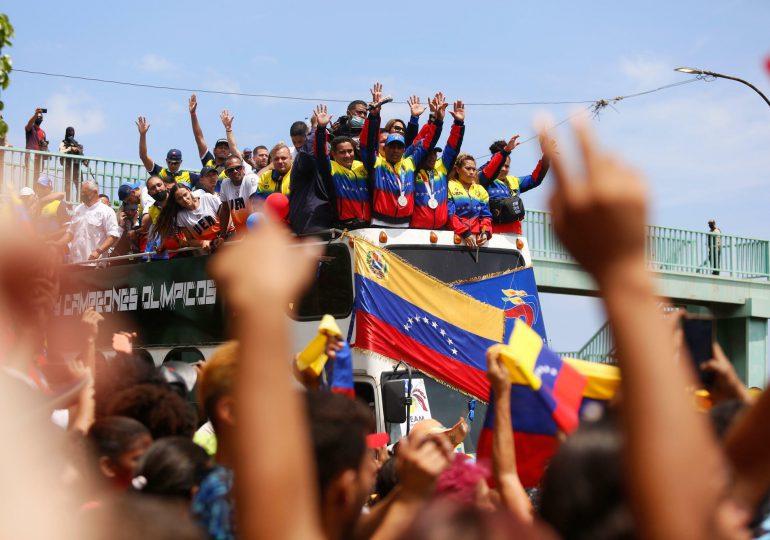 Atletas venezolanos desfilan en caravana tras su mejor desempeño olímpico