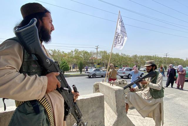 """Los talibanes advierten de """"consecuencias"""" si EEUU prolonga la evacuación"""