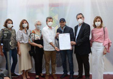 Alcaldía Santiago reconoce  industria del ron dominicano con mural de ciudad
