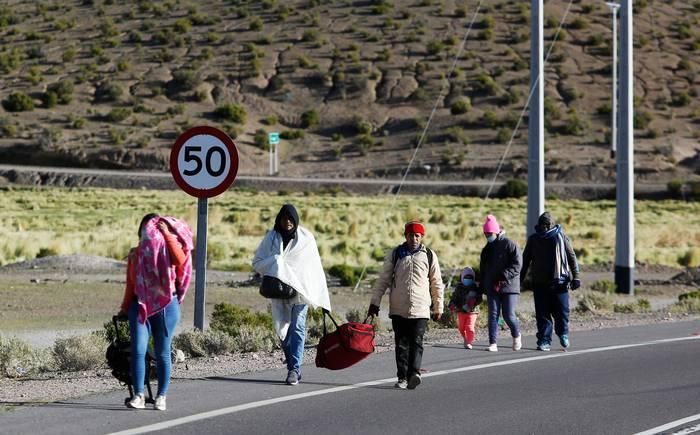 Se vuelca camioneta con migrantes en zona de pasos clandestinos entre Bolivia y Chile