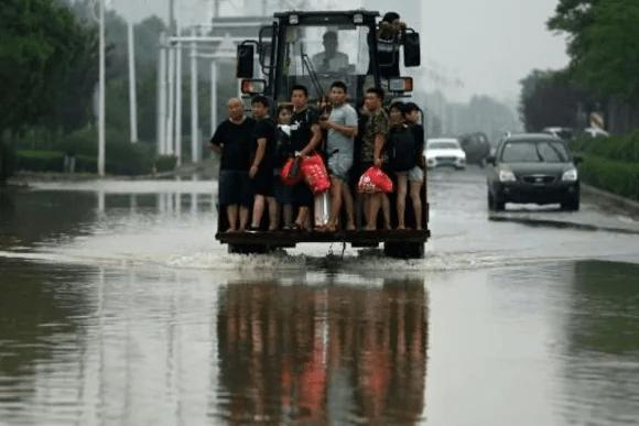 Balance de víctimas por inundaciones en China se triplica y supera los 300 decesos