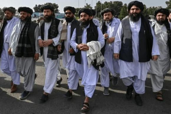 Los talibanes desfilan triunfales en el aeropuerto de Kabul tras la retirada de EEUU